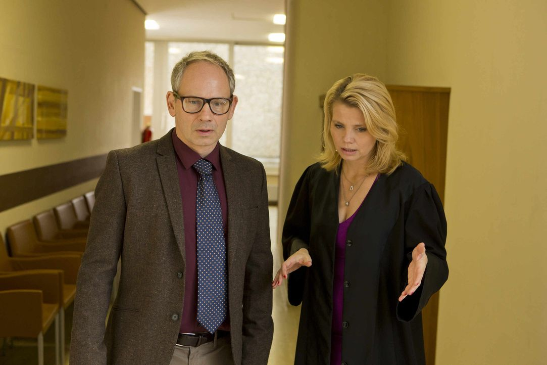 Nach einer durchzechten Halloween-Nacht steht plötzlich Erich Gräter (Michael Lott, l.) vor Danni (Annette Frier, r.) und bittet sie um Hilfe ... - Bildquelle: Frank Dicks SAT.1