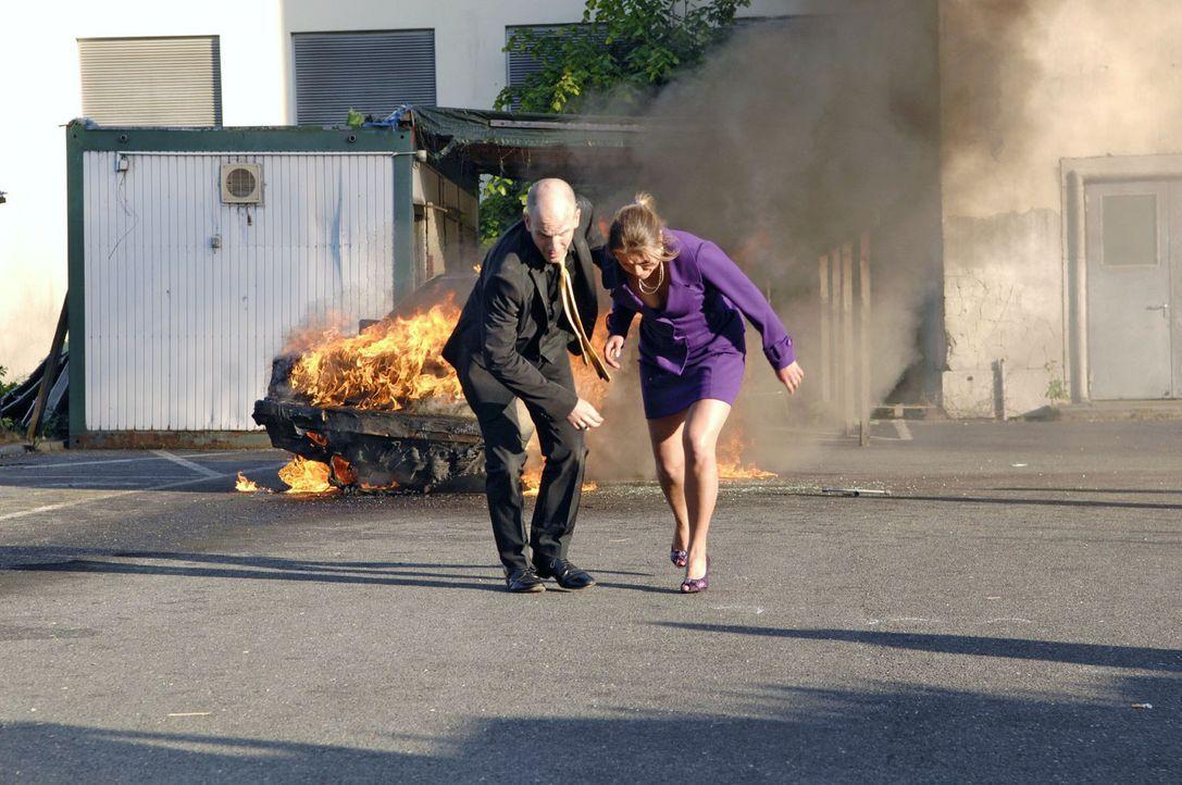 Nur weil Katja (Karolina Lodyga, r.) ihn aus dem brennenden Auto befreien kann, entrinnt Gerrit (Lars Löllmann, l.) knapp dem sicheren Tod ... - Bildquelle: Sat.1