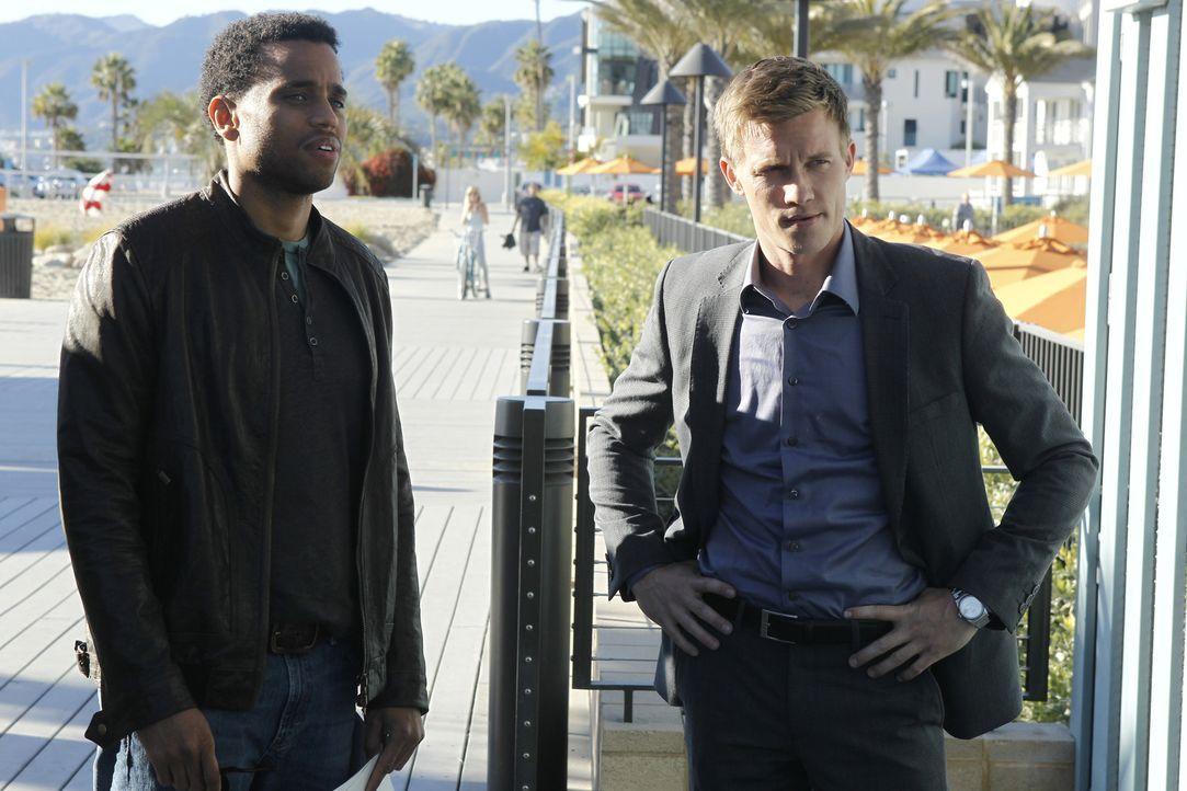 Travis Marks (Michael Ealy, l.) und Wes Mitchell (Warren Kole, r.): Der eine Ex-Anwalt und leidenschaftlicher Gärtner, der andere ein Weiberheld mi... - Bildquelle: 2012 USA Network Media, LLC