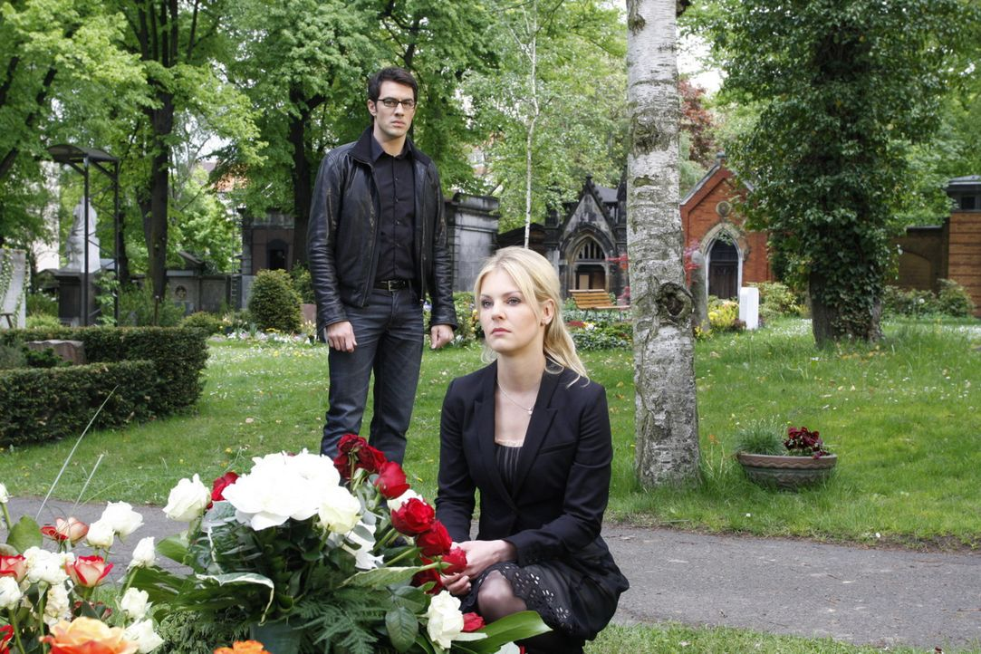 Als Mark (Arne Stephan, l.) an Julius' Grab auf Alexandra (Ivonne Schönherr, r.) trifft, scheinen die beiden sich auf einmal wieder sehr nah zu sei... - Bildquelle: SAT.1
