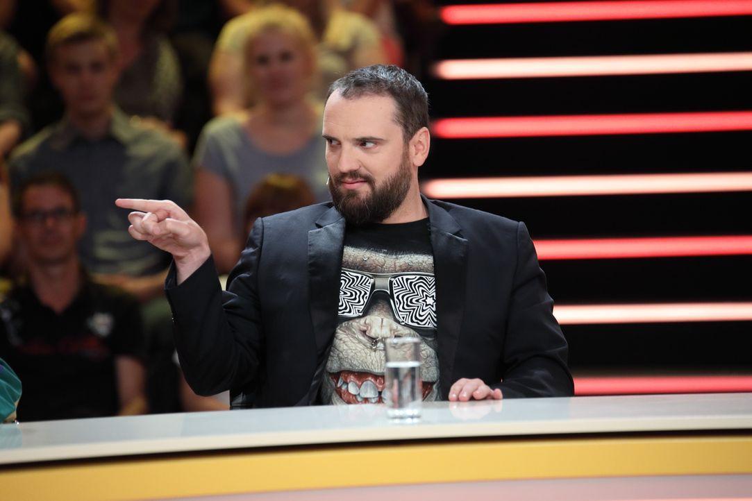 """Stand-up-Comedian Ingmar Stadelmann gibt alles, um die richtige Antwort bei """"Genial daneben"""" zu finden. - Bildquelle: Frank Hempel SAT.1"""