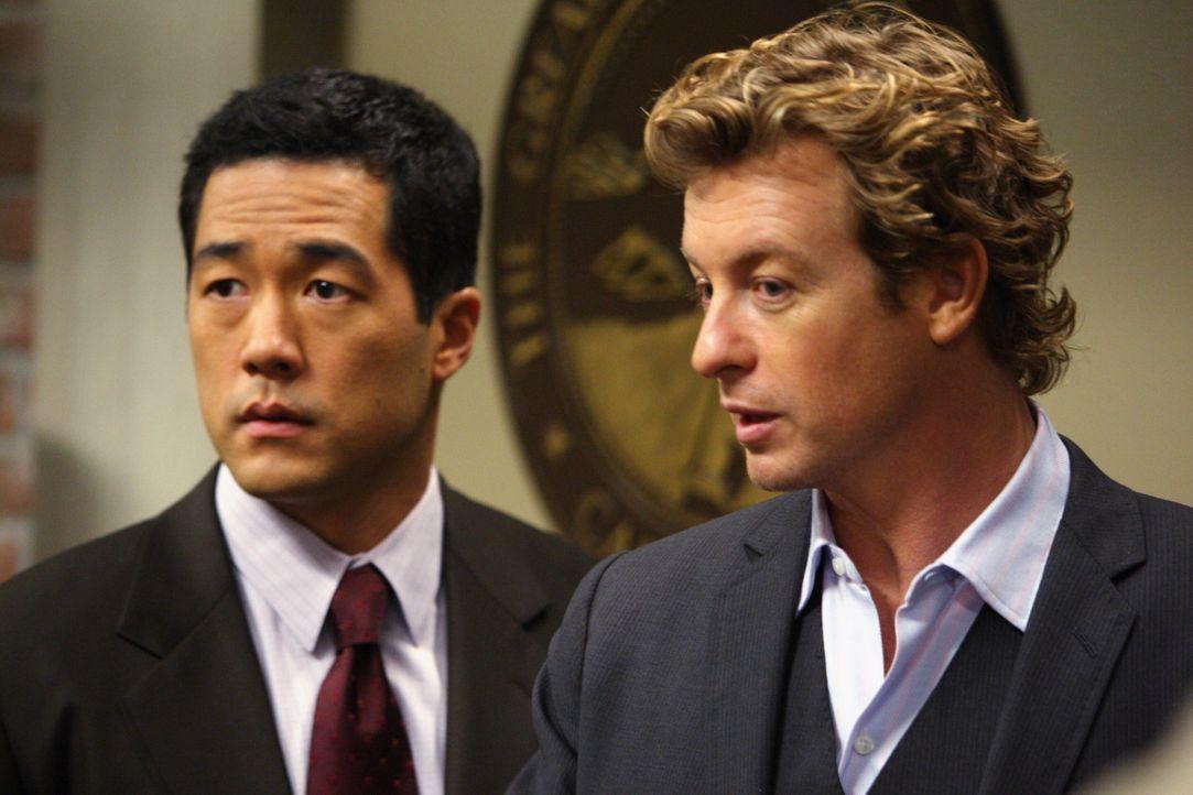 Während eines Verhörs durch Agent Cho (Tim Kang, l.) gesteht Rick den Mord an Mary Beth Hendrix. Der Fall scheint aufgeklärt, doch Patrick (Simon... - Bildquelle: Warner Bros. Television