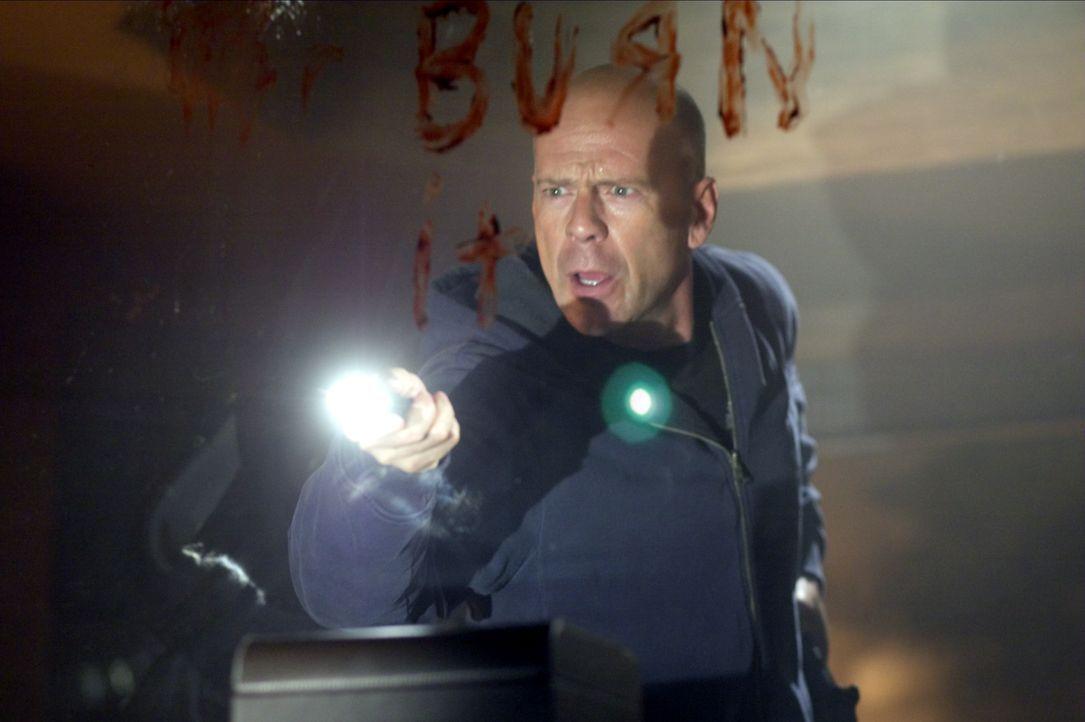 Die Situation eskaliert, als einer der Geiselnehmer das Haus in Brand stecken will. Kann Jeff Talley (Bruce Willis) dies noch verhindern? - Bildquelle: 2004 Hostage, LLC. All Rights Reserved