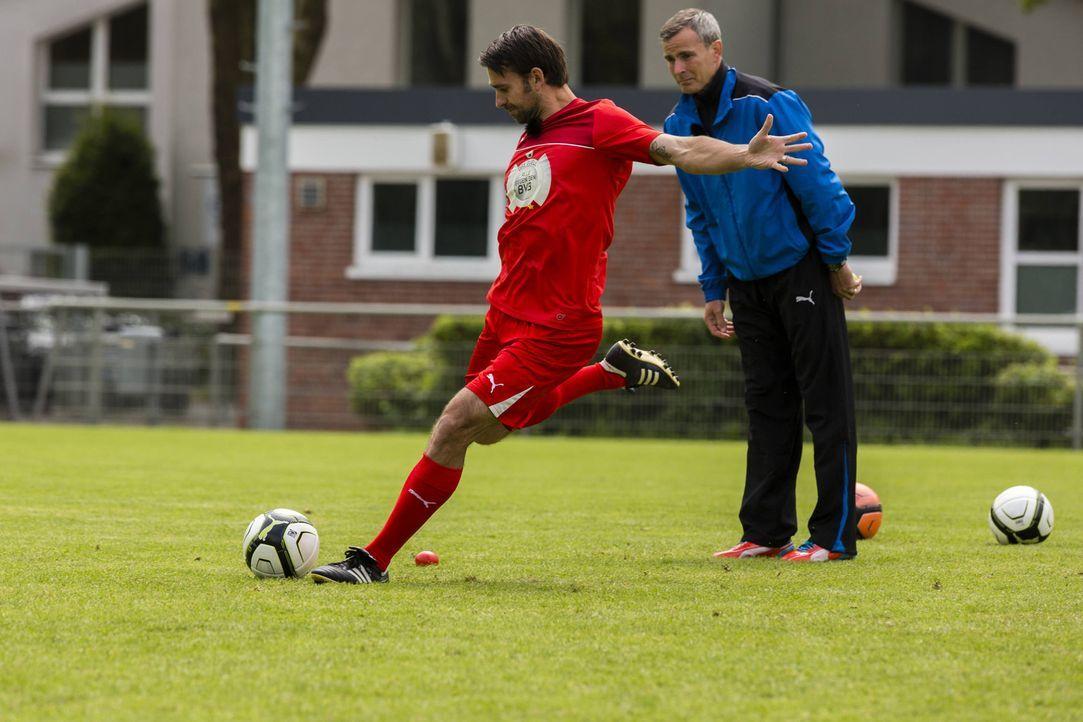 Um in die Startelf gegen den BVB zu kommen, muss ich Nicolas Kiefer (l.) erst einmal beweisen ... - Bildquelle: Frank Dicks SAT.1