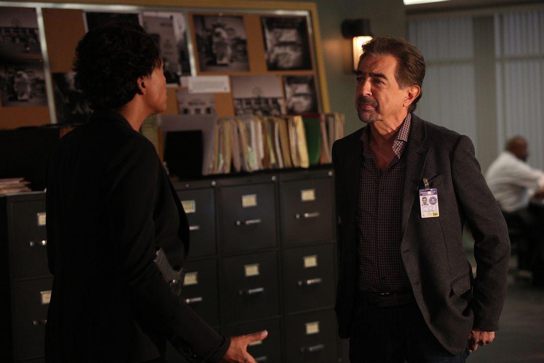 Während das Team um Rossi (Joe Mantegna, r.) in einem neuen Fall ermittelt, hat Tara (Aisha Tyler, l.) Schwierigkeiten, Privates von Beruflichem zu... - Bildquelle: Monty Brinton ABC Studios
