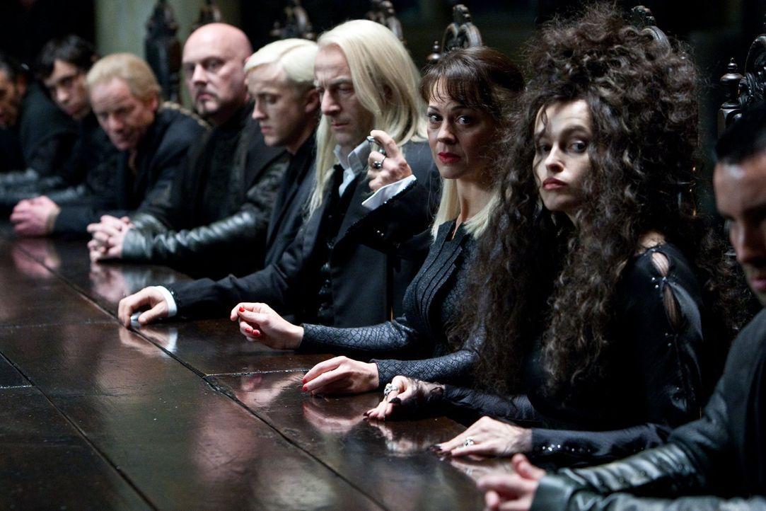 Sind sie wirklich alle treue Diener des dunklen Lords? Draco (Tom Felton, M.), Lucius Malfoy (Jason Isaacs, 3.v.r.), Narcissa Malfoy (Helen McCrory,... - Bildquelle: 2010 Warner Bros.