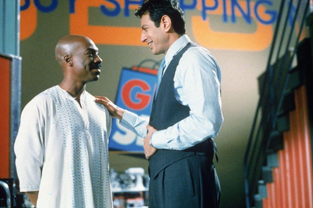 Ricky Hayman (Jeff Goldblum, r.), Programmchef des Teleshopping-Senders GBSN, steht das Wasser bis zum Hals. Sein Boss gibt ihm noch zwei Wochen, um...