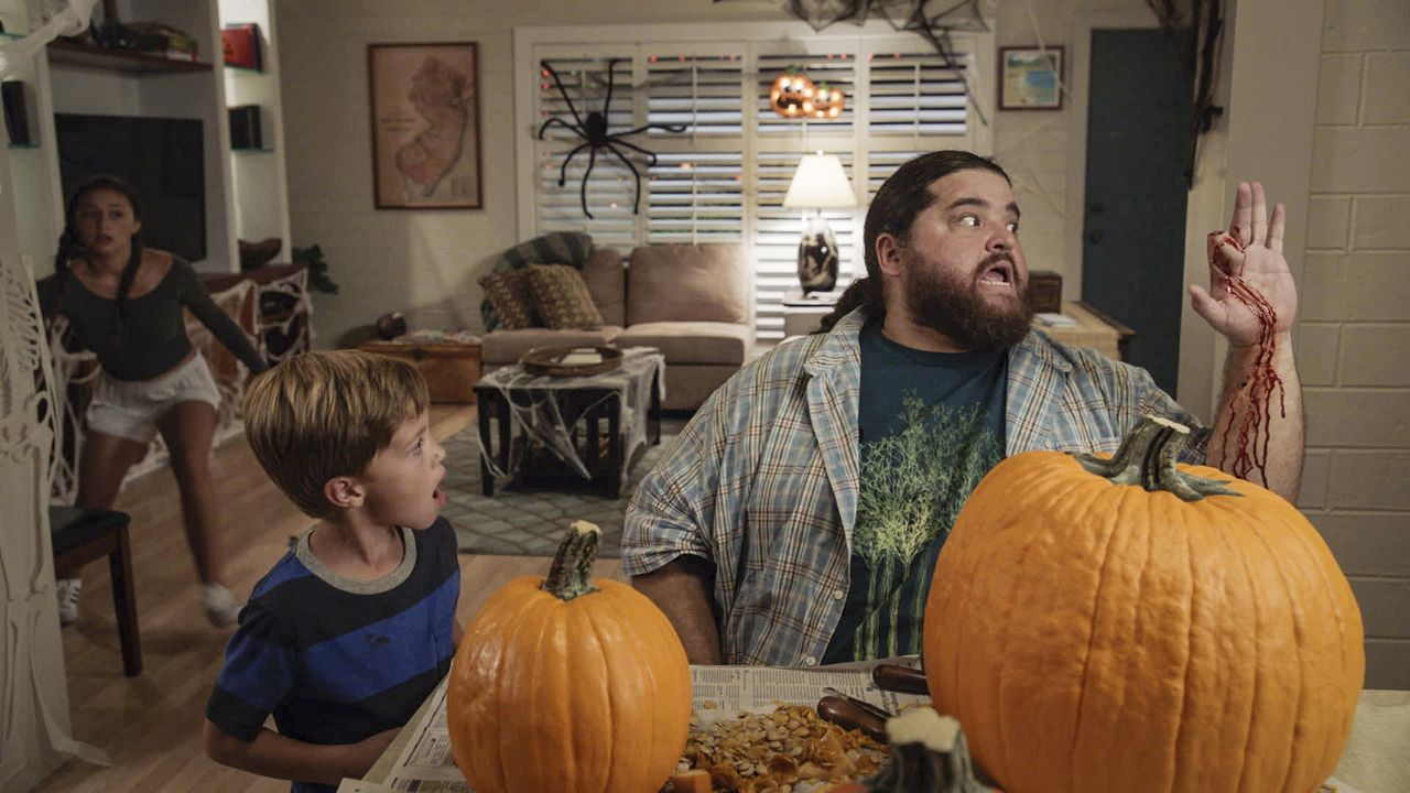 Halloween könnte nicht schrecklicher laufen. Statt etwas Cooles zu unternehmen, muss sich Grace (Teilor Grubbs, l.) mit Jerry (Jorge Garcia, r.) und... - Bildquelle: Norman Shapiro 2016 CBS Broadcasting, Inc. All Rights Reserved