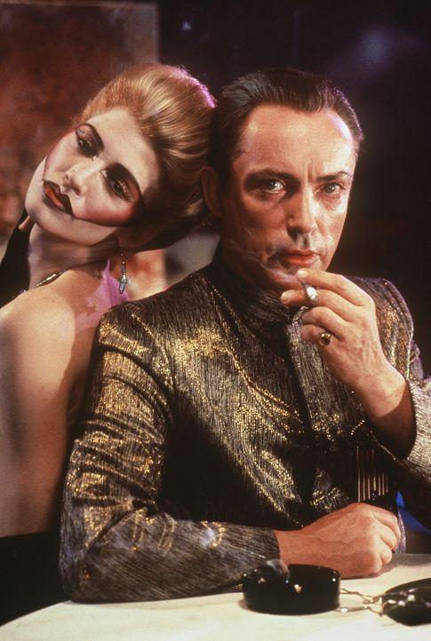 Der zwielichtige Datendealer Ralphy (Udo Kier, r.) mit seiner Gespielin Yomamma (Falconer Abraham, l.) ... - Bildquelle: 20th Century Fox