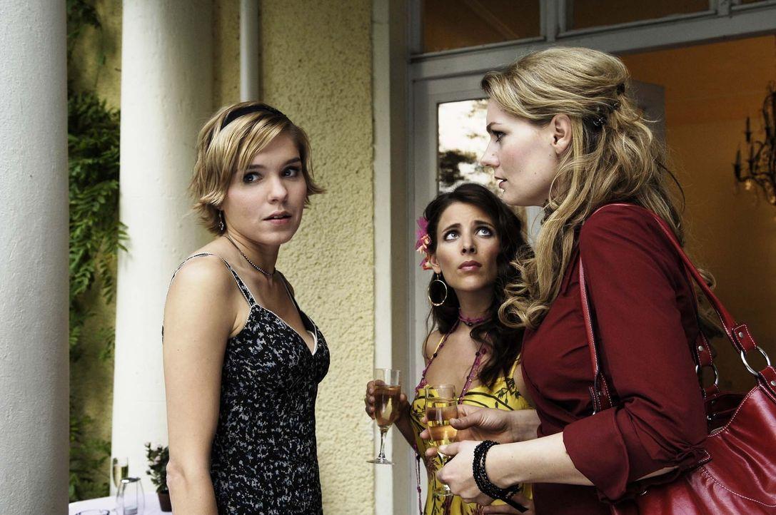 Vic (Anna Kubin, l.) gesteht  Katrin (Martina Hill, M.) und Amira (Lucie Pohl, r.) für wen ihr Herz wirklich schlägt … - Bildquelle: Gordon Mühle ProSieben