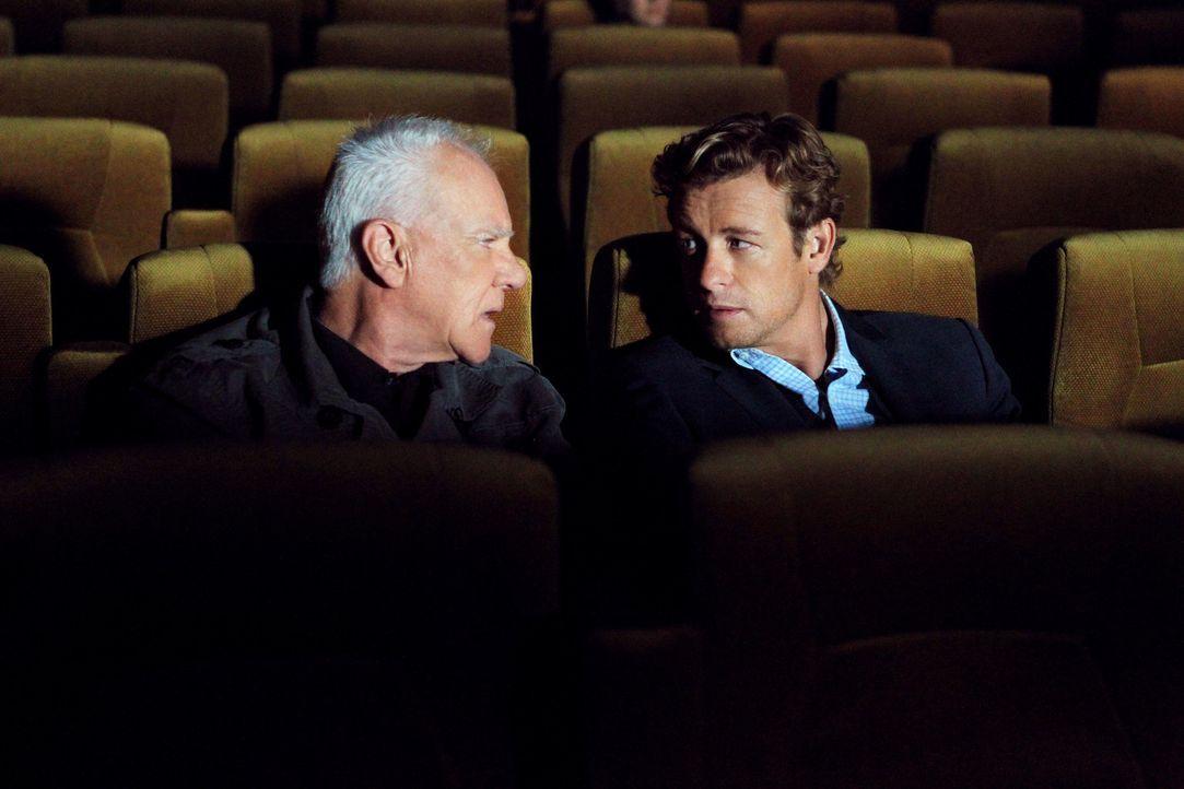 Mit Hilfe des einflussreichen Sektenführer Stiles (Malcolm McDowell, l.) gelingt es Patrick (Simon Baker, r.), Lorelei Martins, die Geliebte des Se... - Bildquelle: Warner Bros. Television