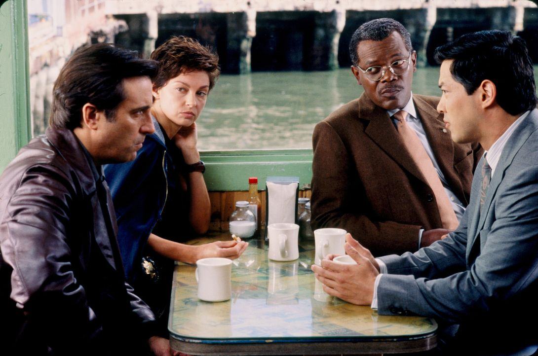 Während der Ermittlungen zu mehreren mysteriösen Mordfällen wird die Polizistin Jessica Shepard (Ashley Judd, 2.v.l.) plötzlich selbst zur Haupt... - Bildquelle: Paramount Pictures