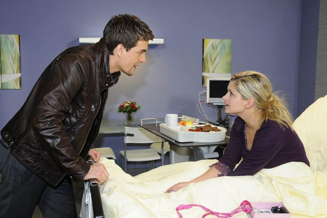 Da sich Lars (Alexander Klaws, l.) große Sorgen um Mia (Josephine Schmidt, r.) macht, weil sie sich immer in Gefahr bringt, geraten die beiden in S... - Bildquelle: SAT.1