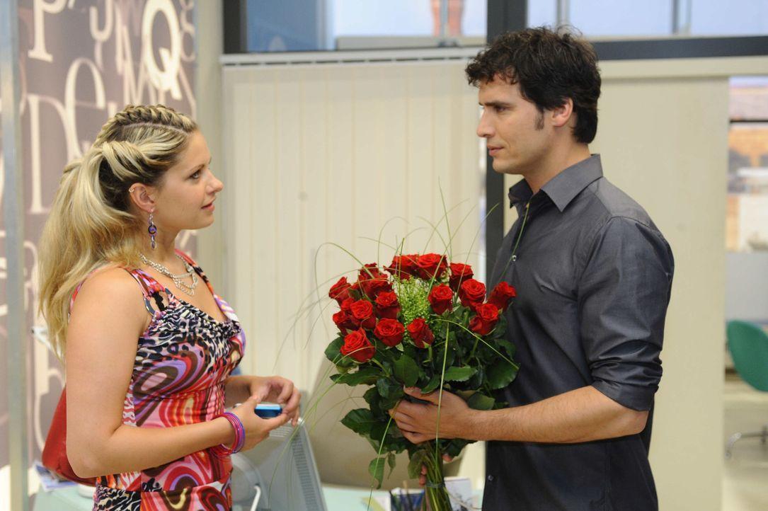 Mia (Josephine Schmidt, l.) lässt Alexanders (Paul Grasshoff, r.) heimliche Hoffnungen platzen ... - Bildquelle: SAT.1