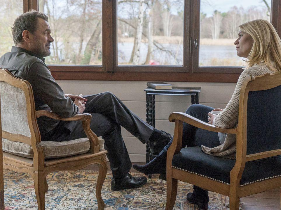 Nachdem der Terroranschlag durch sie verhindert wurde, bekommt Carrie (Claire Danes, r.) von Otto Düring (Sebastian Koch, l.) ein ganz besonderes An... - Bildquelle: Stephan Rabold 2015 Showtime Networks, Inc., a CBS Company. All rights reserved.
