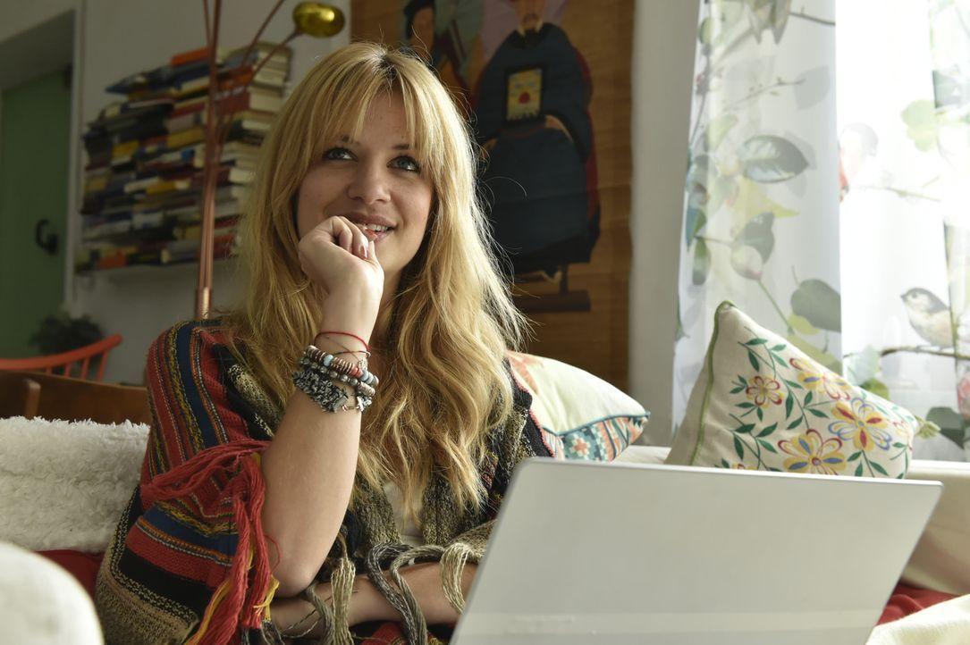 Mila (Susan Sideropoulos) weiß, dass sie Marko nicht kontaktieren sollte - tut es aber trotzdem ... - Bildquelle: Claudius Pflug Sixx