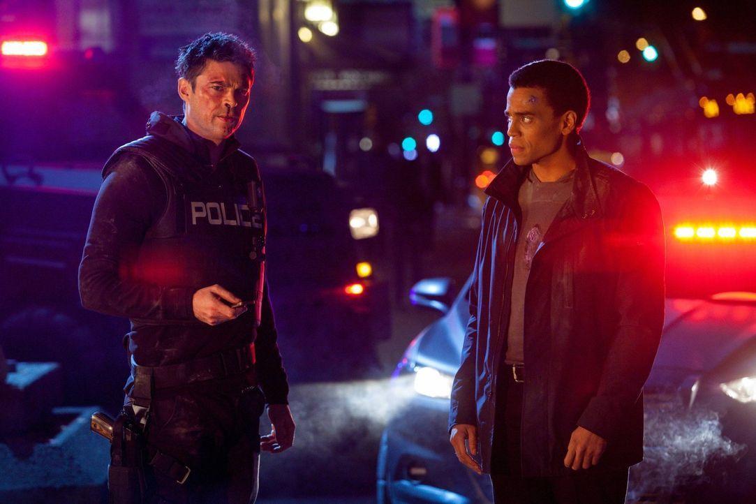 Dorian (Michael Ealy, r.) und Kennex (Karl Urban, l.) wissen, dass sie es mit einer Kampfmaschine zu tun haben, doch ist sie wirklich das einzige Pr... - Bildquelle: Warner Bros. Television