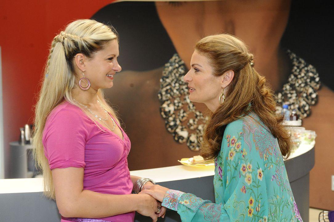 Natascha (Franziska Matthus, r.) freut sich für Mia (Josephine Schmidt, l.), die mit Enrique nach New York gehen möchte ... - Bildquelle: SAT.1