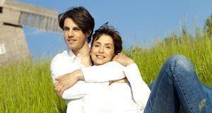 Gesellschaftlich verpönt: ein junger Mann mit einer älteren Frau. Aber wird d...