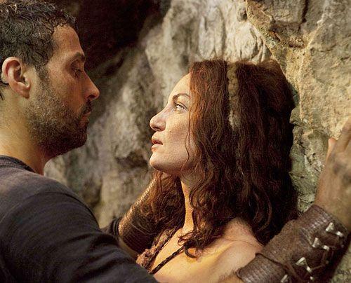 Ellen (Natalia Wörner) hat sich in ihre Höhle im Wald zurückgezogen. Tom (Rufus Sewell) würde sie gerne heiraten - doch Ellen zeigt wenig Neigun... - Bildquelle: Egon Endrenyi - Tandem Productions - Pillars Productions