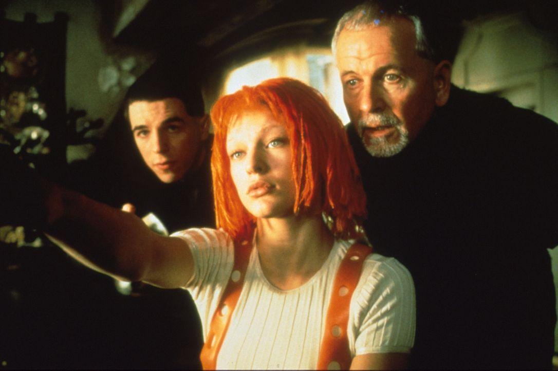 Augenblicklich erkennt der Priester Cornelius (Ian Holm, r.) in dem geheimnisvollen Mädchen Leeloo (Milla Jovovich, M.) die Trägerin des fünften Ele... - Bildquelle: Tobis Filmkunst