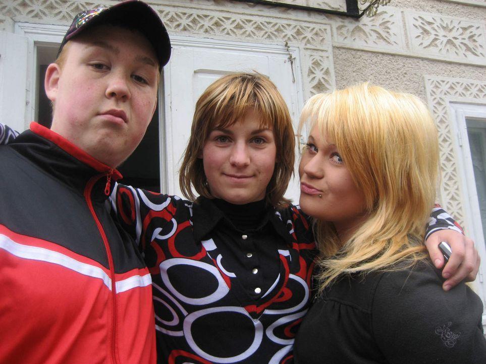 Die 17jährige Michaela (r.) und der ebenfalls 17jährige Tino (l.) sollen bei der Familie Carloanta in Rumänien wieder Respekt lernen und erkennen... - Bildquelle: kabel eins