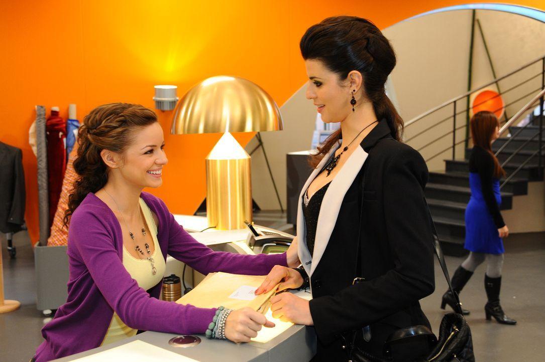 Was haben Minni (Iris Shala, l.) und Carla (Sarah Mühlhause, r.) vor? - Bildquelle: SAT.1
