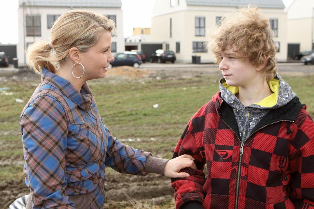 Mit großem Einsatz versucht Danni (Annette Frier, l.), ihrer ehemaligen Nachbarin Kiki und ihrem Sohn Niko (Karl Alexander Seidel, r.) zu helfen, d... - Bildquelle: SAT.1