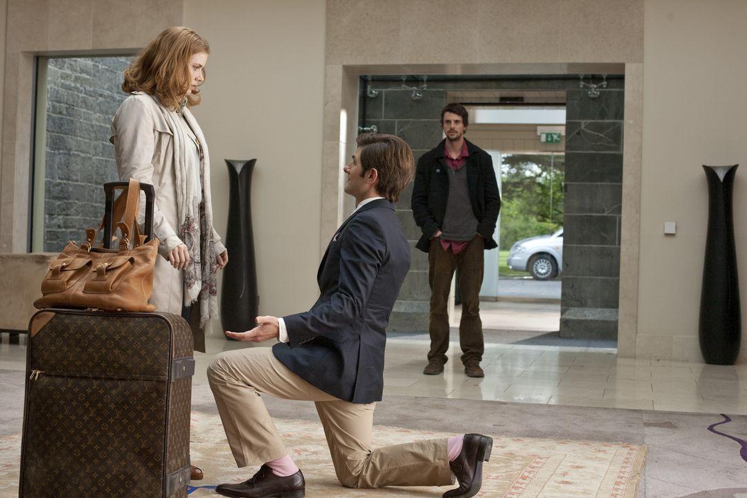 Eigentlich wusste er es ja, aber trotzdem ist die Situation für Declan (Matthew Goode, r.) seltsam, als Jeremy (Adam Scott, M.) Anna (Amy Adams, l.... - Bildquelle: 2010 Universal Studios