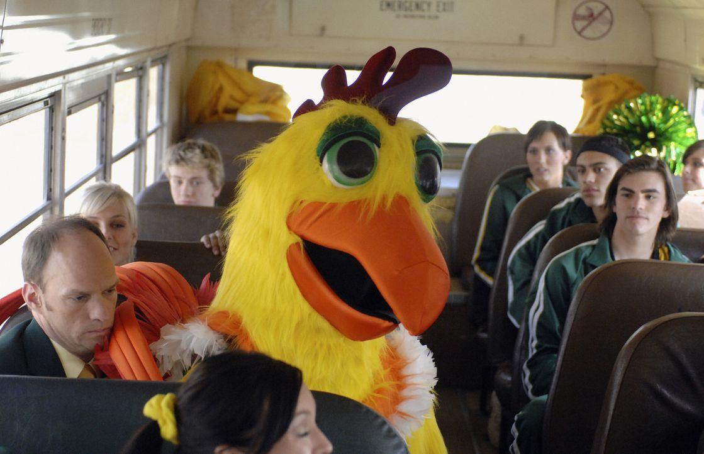 Schon bald wird der im Hühnerkostüm steckende Pete (Jason Dolley) zum umjubelten Highschool-Maskottchen. Doch alle glauben, dass sein Freund Cleatis... - Bildquelle: Disney Enterprises, Inc. All rights reserved.