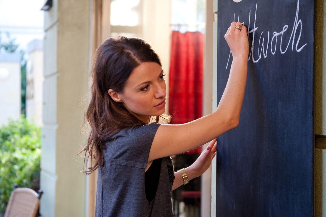 Frieda (Julia Hartmann) managt den Coffee-Shop und ist mit Karo befreundet, obwohl ihr Privatleben nicht unterschiedlicher sein könnte. Während Ka... - Bildquelle: Maria Krumwiede SAT.1