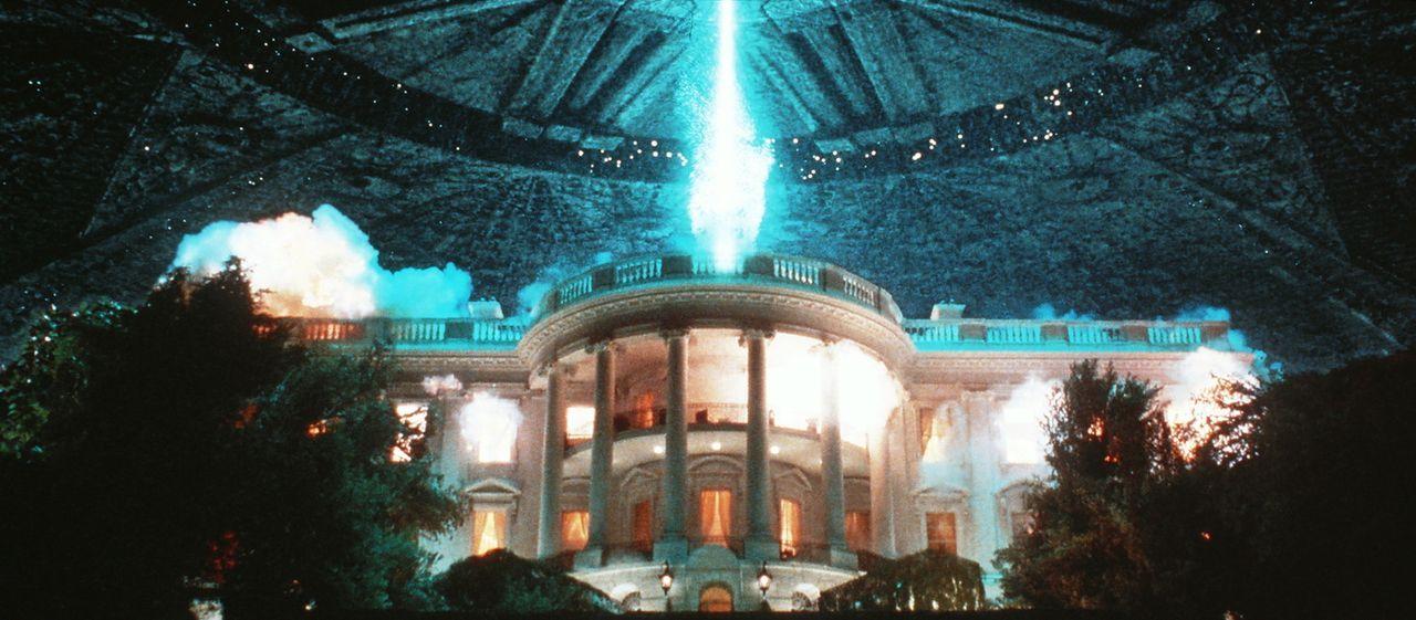 Die außerirdischen UFOs vernichten in Windeseile und in einem ungeheuren Feuersturm der Zerstörung das Weiße Haus ... - Bildquelle: 20th Century Fox Film Corporation