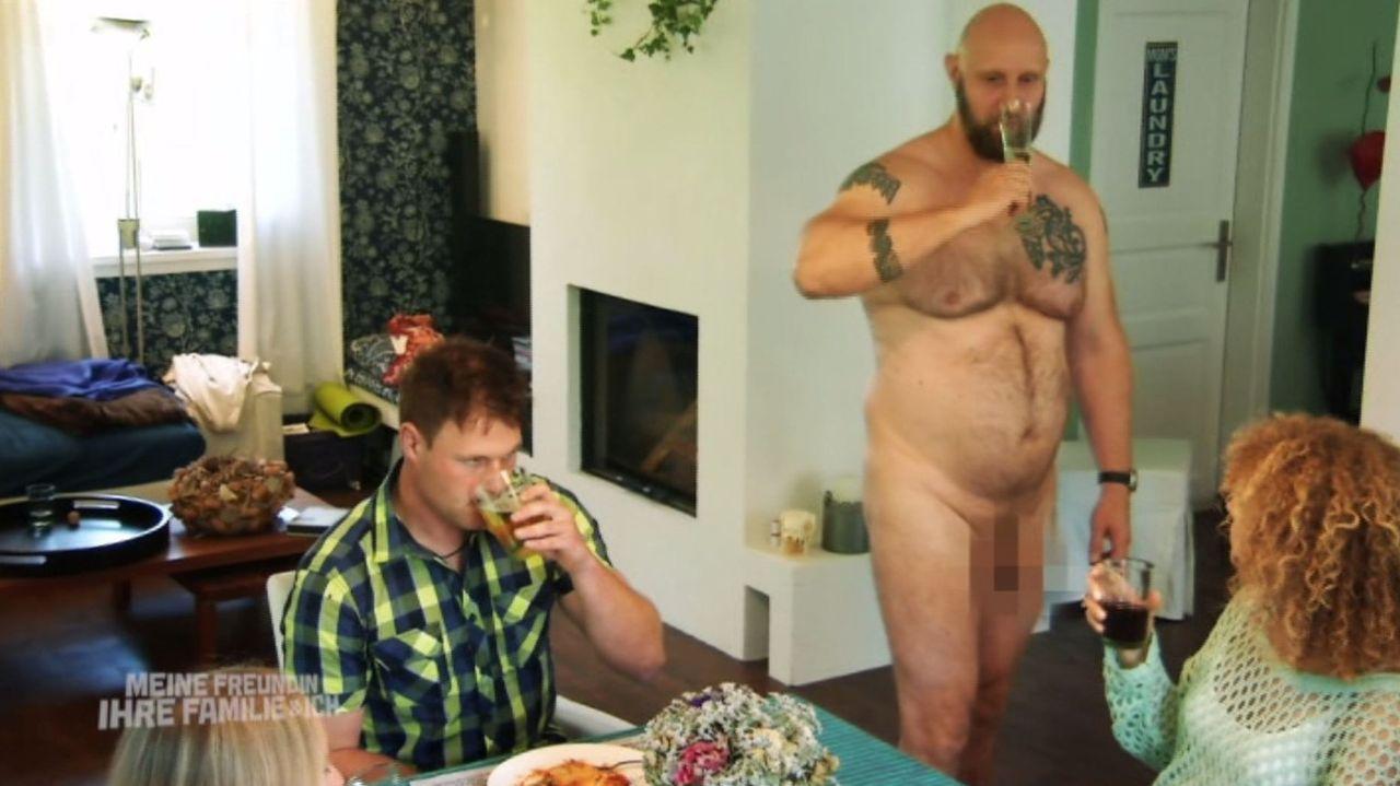 Ein unvergesslicher Moment: Christian (l.), seine Freundin Ramona (r.) und Onkel Heinz (Thomas Reissland, M.) ... - Bildquelle: SAT.1