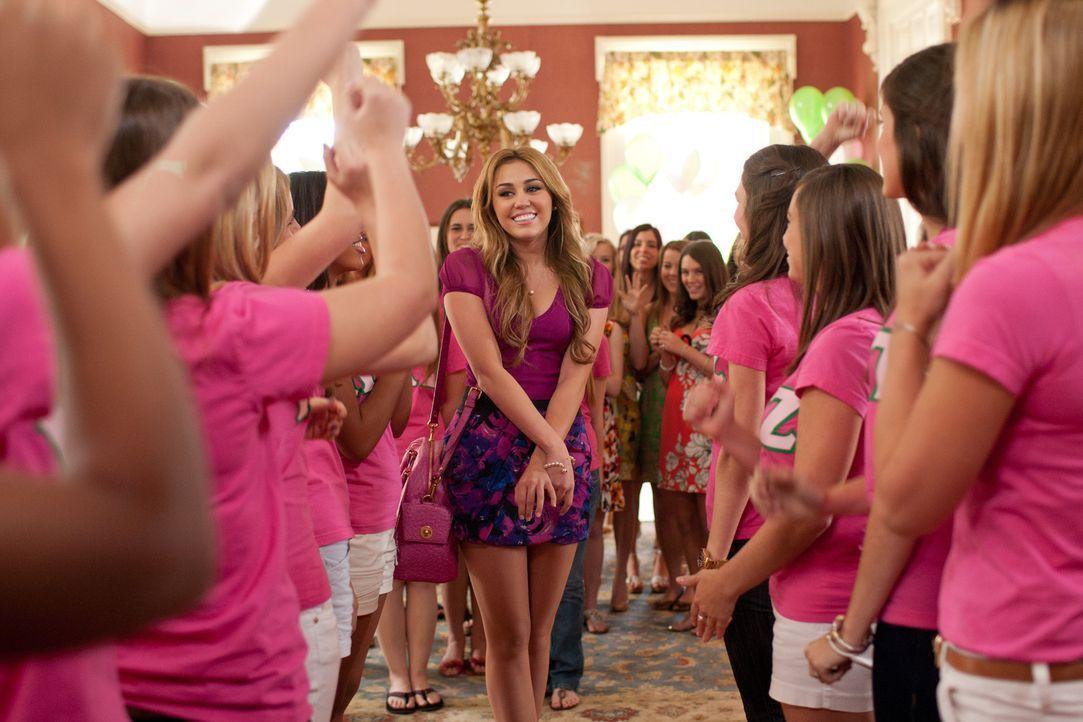 Als die toughe Agentin Molly (Miley Cyrus, M.) undercover in ein elitäres College eingeschleust wird, ahnt sie nicht, dass der Alltag unter den verw... - Bildquelle: Saeed Adyani Bluefin Productions LLC