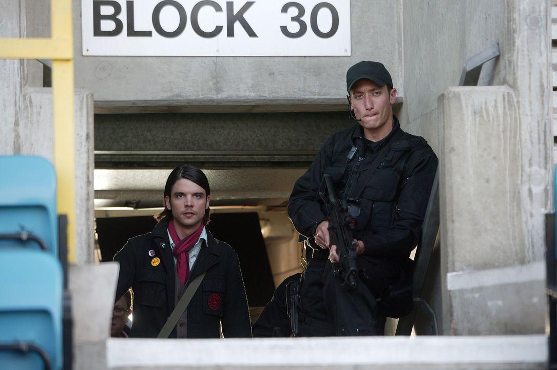Connor (Andrew Lee Potts, l.) wird von seinen Freunden verdächtigt Teil einer Verschwörung zu sein ... - Bildquelle: ITV Plc