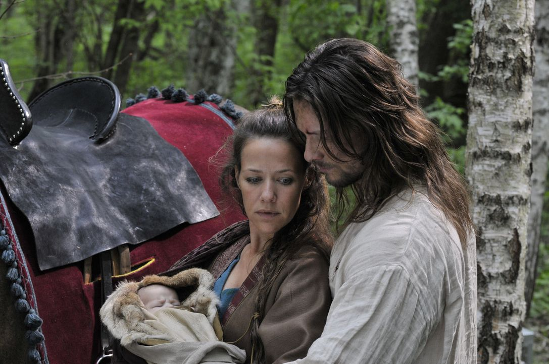 Endlich kann Michel (Bert Tischendorf, r.) die Totgeglaubten, seine Frau Marie (Alexandra Neldel, l.) und seinen ersehnten Sohn, im Arm halten, aber... - Bildquelle: Jiri Hanzl SAT.1