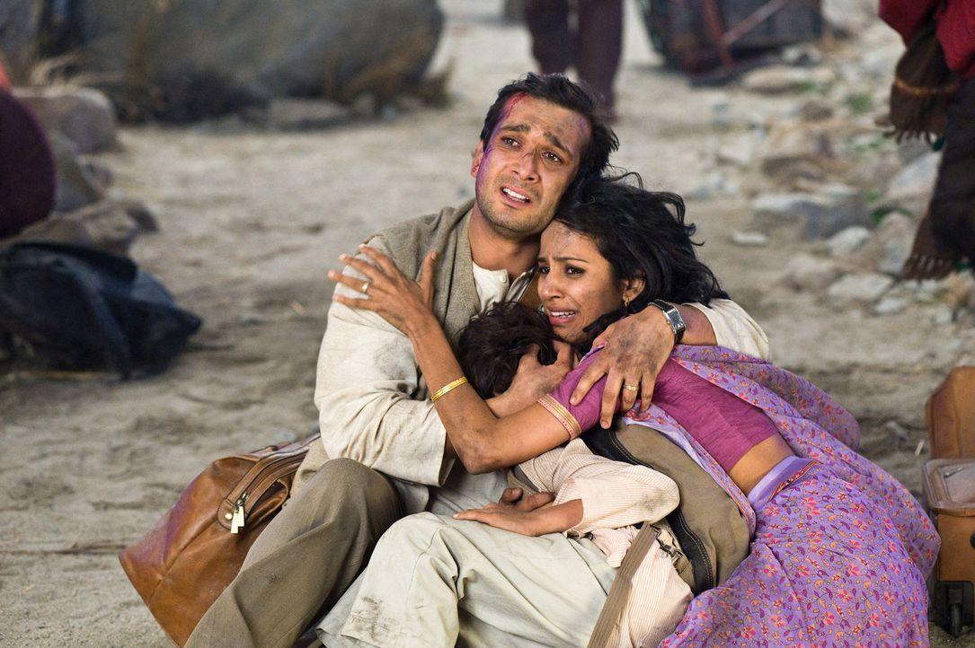 Haben keine Chance, als ein Mega-Tsunami Indien überrollt: Dr. Satnam Tsurutani (Jimi Mistry), seine Frau (Agam Darshi) und sein Sohn ... - Bildquelle: 2009 Columbia Pictures Industries, Inc. All Rights Reserved.