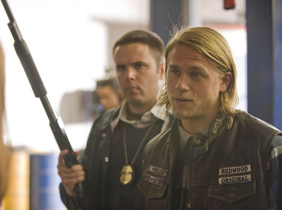 """Clay wird vom ATF zu einer Befragung mit aufs Revier genommen und so muss Jax (Charlie Hunnam, r.), der Vizepräsident der """"Sons of Anarchy"""", sich u... - Bildquelle: 2008 FX Networks, LLC. All rights reserved."""