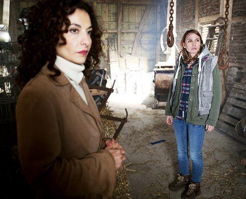 Tanja (Proschat Madani) führt Silke (Nadeshda Brennicke) an den Tatort zurück, um ihrem Gedächtnis auf die Sprünge zu helfen. - Bildquelle: Martin Rottenkolber - Sat1