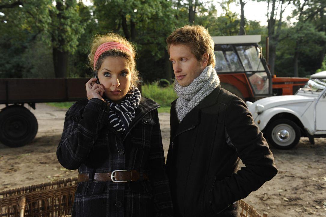 Nina (Maria Wedig, l.) kommt nach dem Kuss mit Jojo (Bernhard Bozian, r.) gar nicht dazu, ihre Gefühle zu ordnen, weil sie prompt von Carla zu Lanf... - Bildquelle: SAT.1