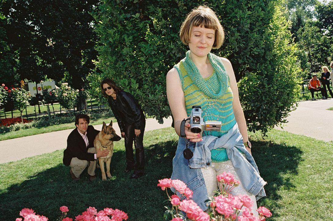 Marc (Alexander Pschill, l.), Rex und Niki (Elke Winkens, 2.v.r.) observieren die verdächtige Carmen (Marisa Growaldt). - Bildquelle: Sat.1