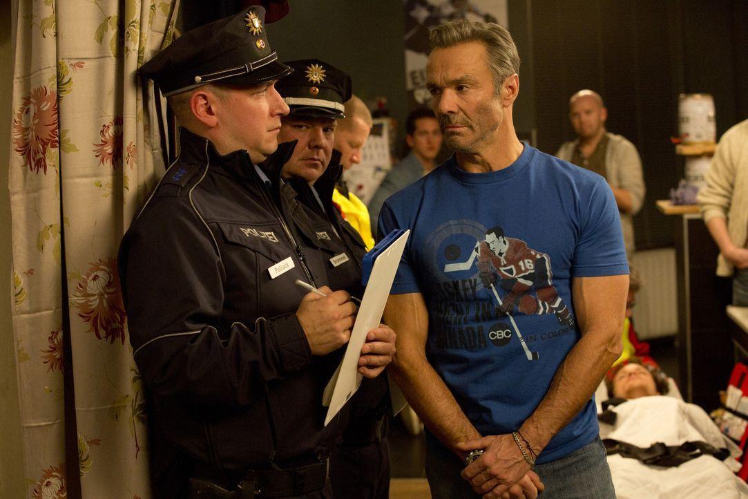 Die Polizisten (Stefan Faupel, l., Carsten Caniglia, M.) sind doch ziemlich verwundert, als sie schon wieder zu Karls (Hannes Jaenicke, r.) und Sonj... - Bildquelle: Volker Roloff SAT.1