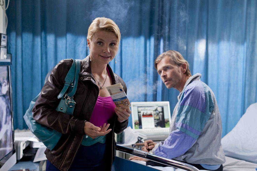 Jens Plesse (Tonio Arango, r.) bittet Danni (Annette Frier, l.) um Hilfe, denn er betreibt aus dem Krankenbett heraus ein blühendes Geschäft mit S... - Bildquelle: SAT.1