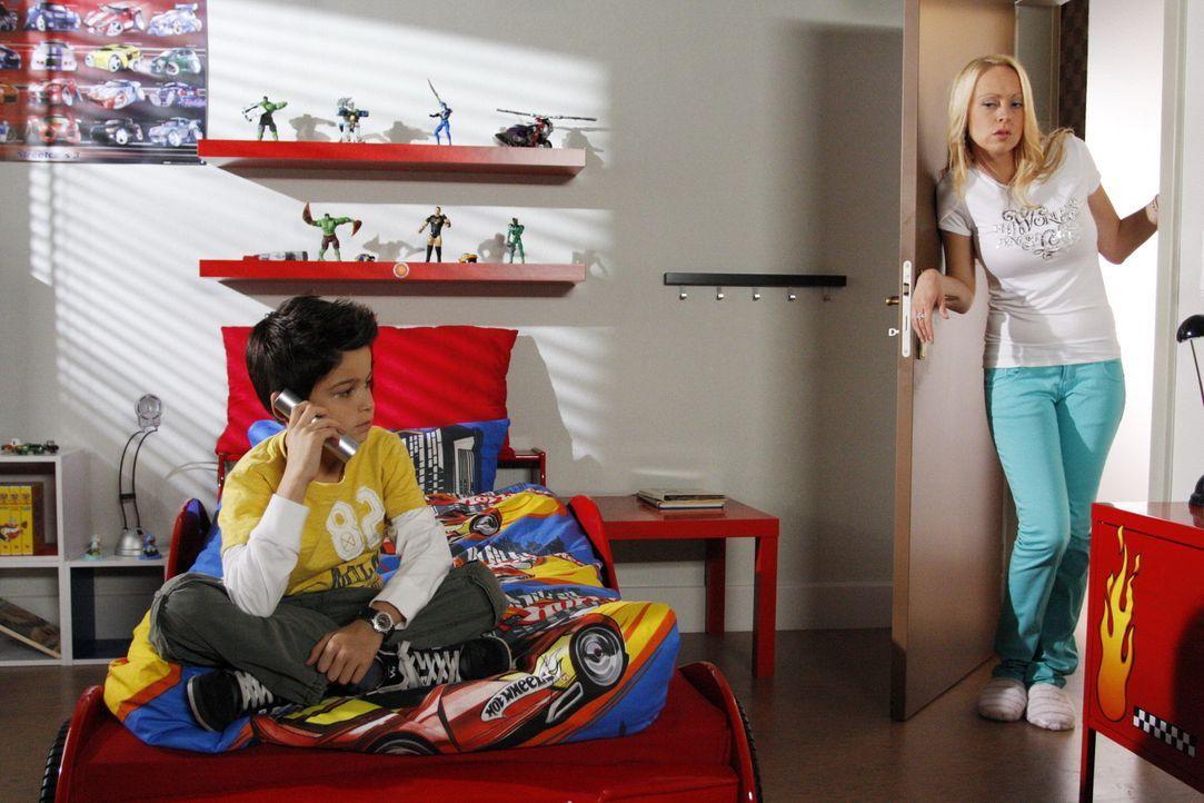 Daniel (Alexander Türck, l.) will Lindi (Mirjam Heimann, r.) beweisen, welch tolle Mutter er hat. Doch die macht es ihm nicht leicht ... - Bildquelle: SAT.1