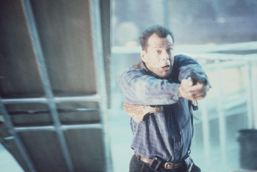 Unerschrocken stellt sich der Cop John McClane (Bruce Willis) einer übermächtigen Truppe von Gangstern. Kann er den Kampf für sich entscheiden? - Bildquelle: 20th Century Fox