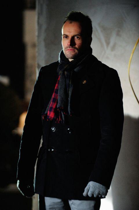 Steht seinem ehemaligen Drogendealer zur Seite: Sherlock Holmes (Jonny Lee Miller) ... - Bildquelle: CBS Television