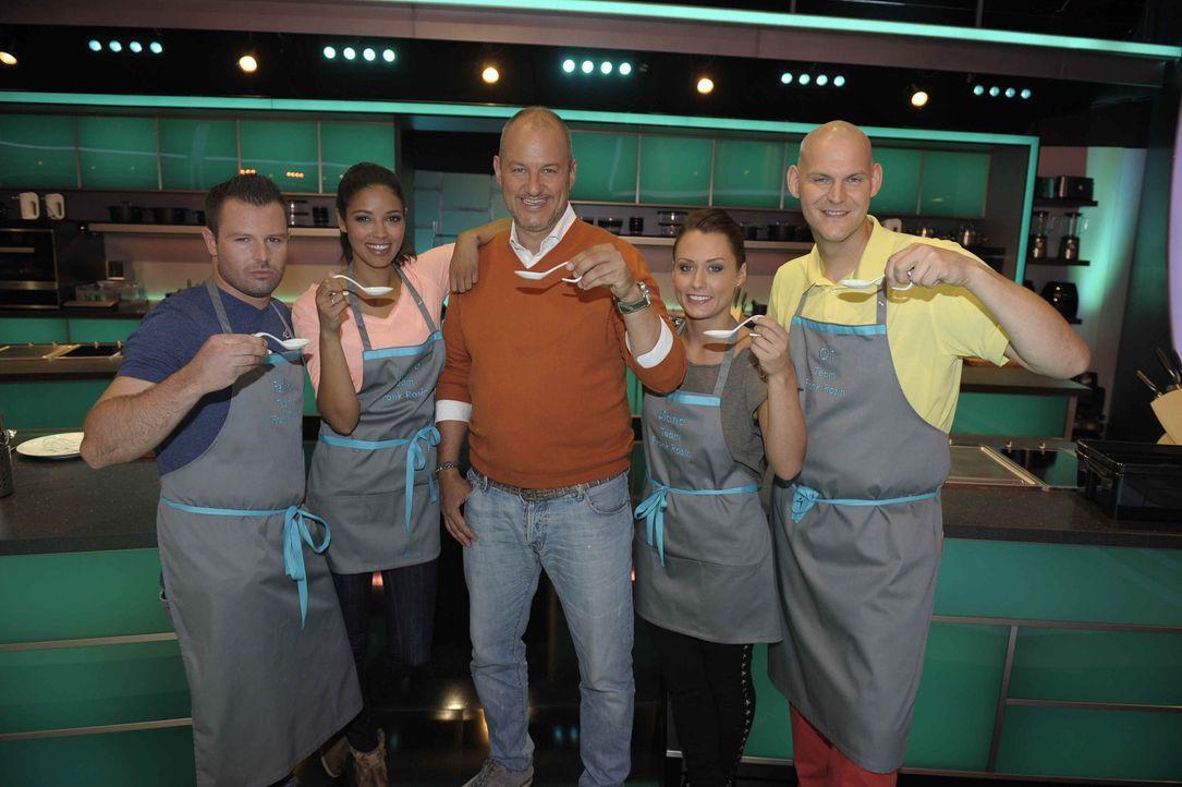 Frank Rosin (M.) und sein Team kochen was das Zeug hält! - Bildquelle: Oliver S. SAT.1