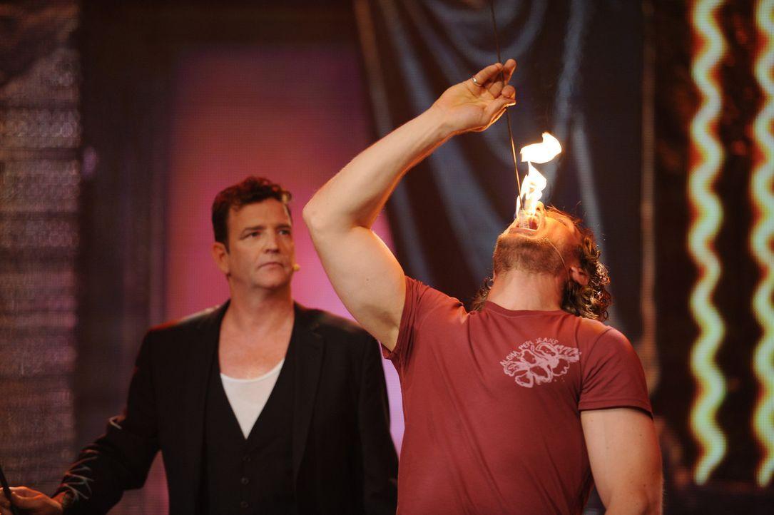 Eine spannende Aufgabe wartet auf Mirko (r.). Doch wie wird er beim Feuer schlucken abschneiden? - Bildquelle: Willi Weber SAT.1