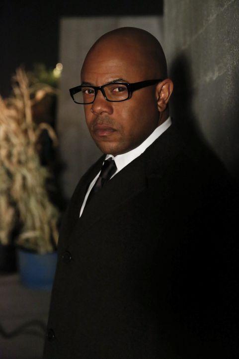 Patrick Jane wird von FBI Agent Dennis Abbott (Rockmond Dunbar) in einer Zelle gefangen gehalten, weil er sich weigert, den Bedingungen des FBI für... - Bildquelle: Warner Brothers Entertainment Inc.