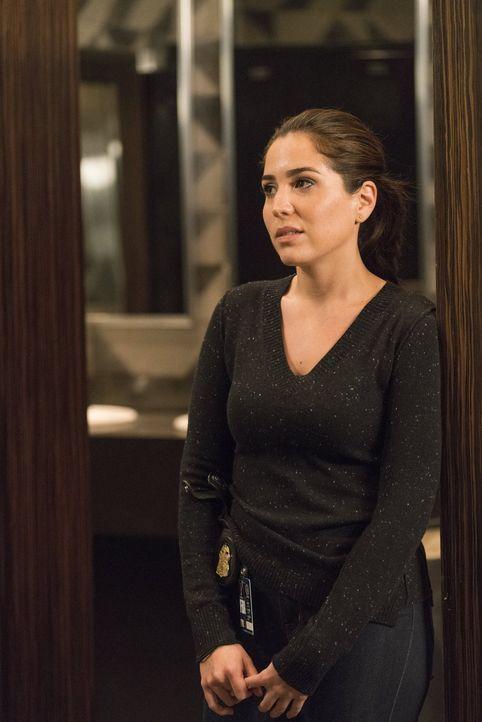 Zapata (Audrey Esparza) ist völlig irritiert, als deutlich wird, dass Weller von Shepherd seit seiner Kindheit überwacht wurde. Ist ihr Chef ein Dop... - Bildquelle: Warner Brothers